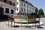 Stühle vor dem Brunnen im Jüdischne Viertel